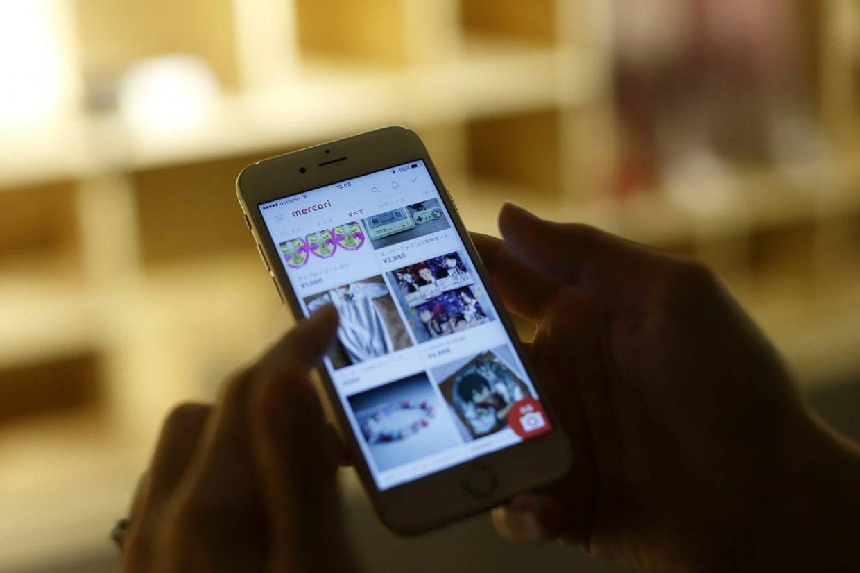 """Smartphone, auf dem die Website """"Mercari"""" geöffnet ist"""