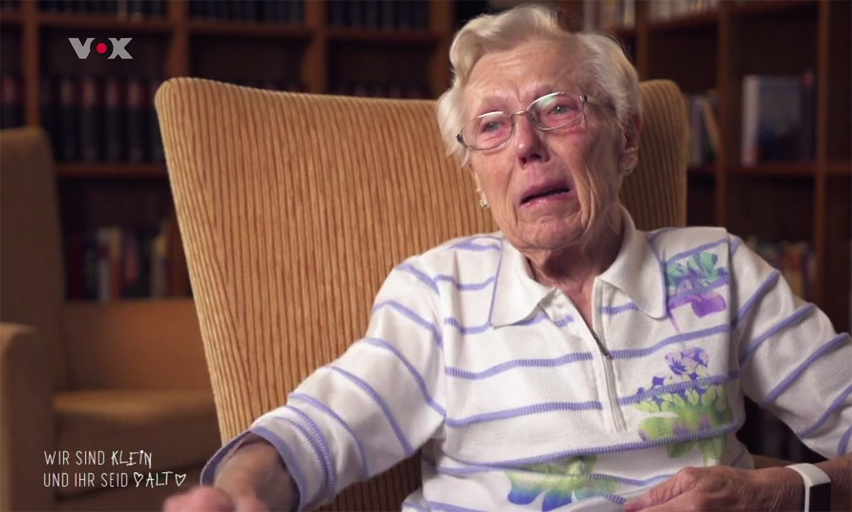 Alte Frau in einem Lehnstuhl