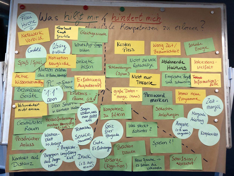 """Viele Zettel auf einer Pinwand zum Thema """"Was hilft mir bzw. hindert mich, digitale Kompetenzen zu erlernen"""""""