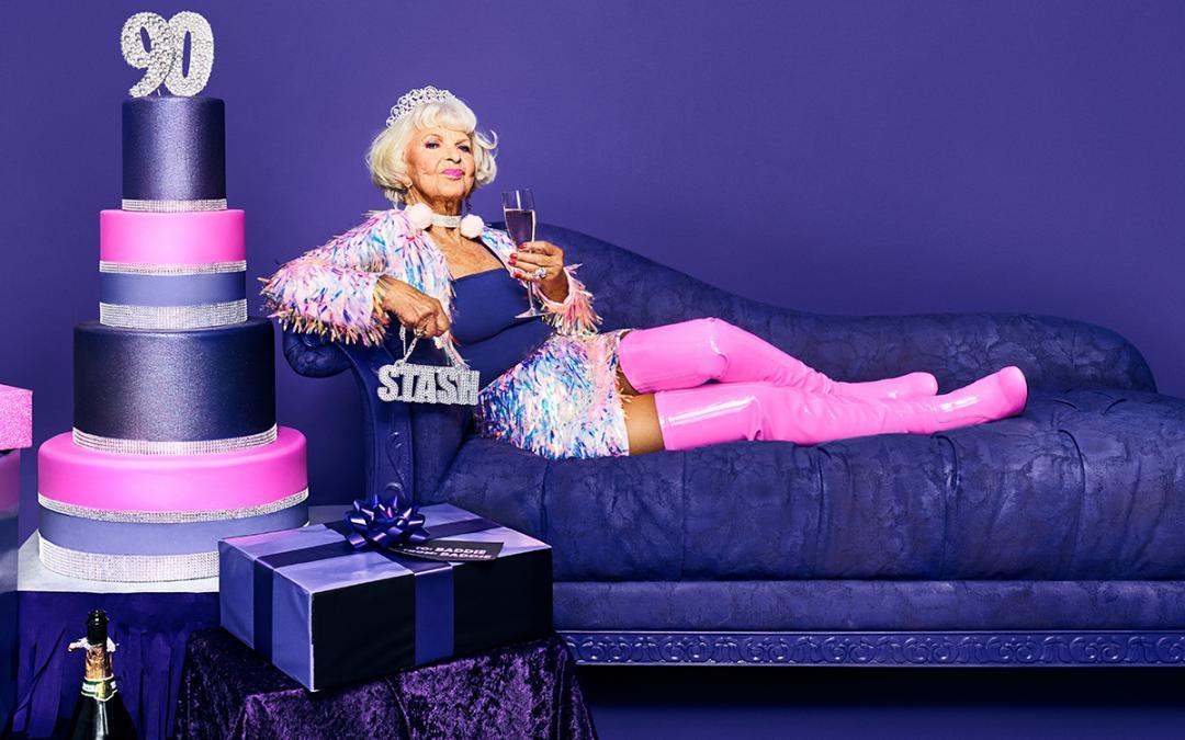 Helen Ruth Van Winkle, in schriller Kleidung auf einem Sofa liegend