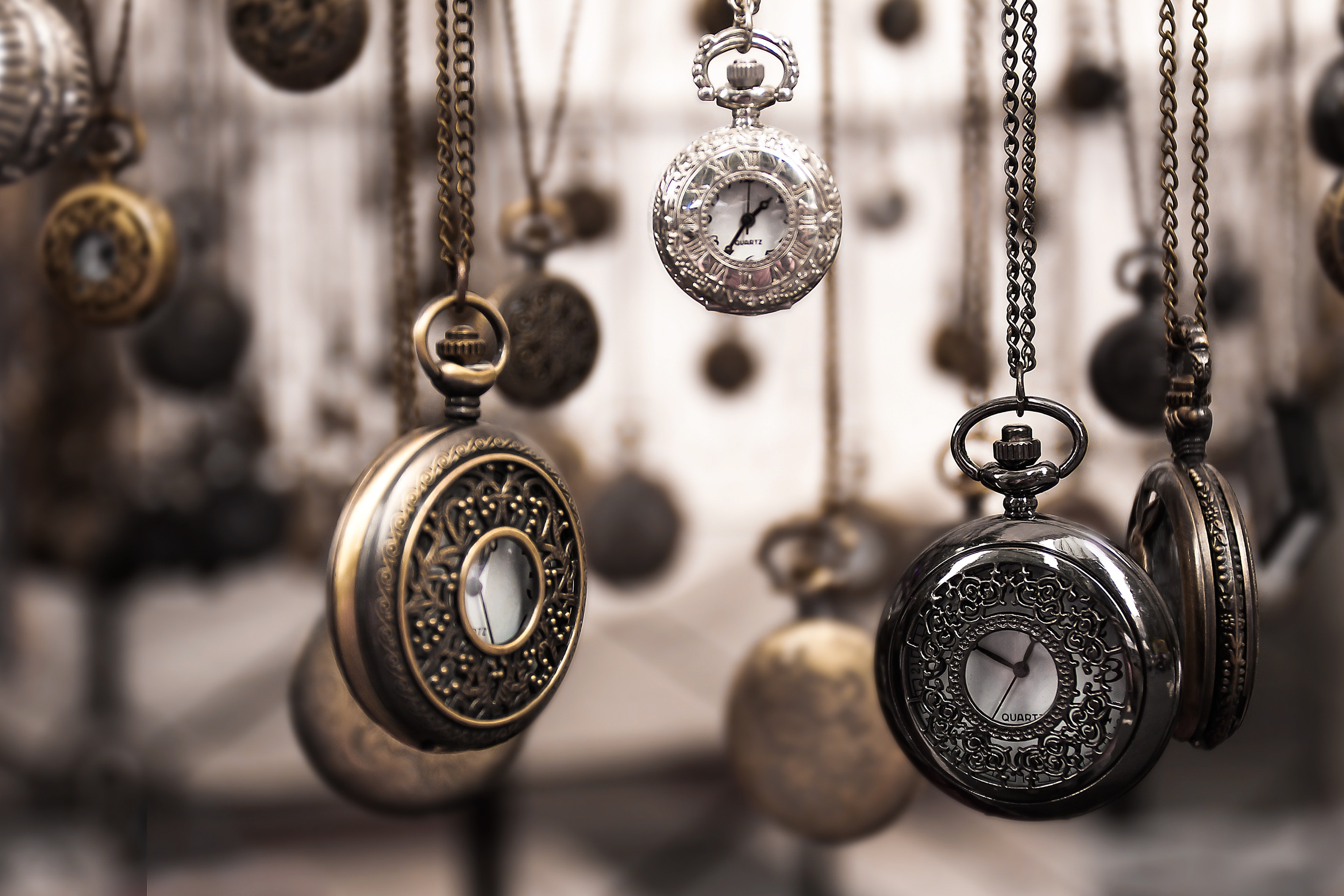 Viele frei hängende alte Taschenuhren
