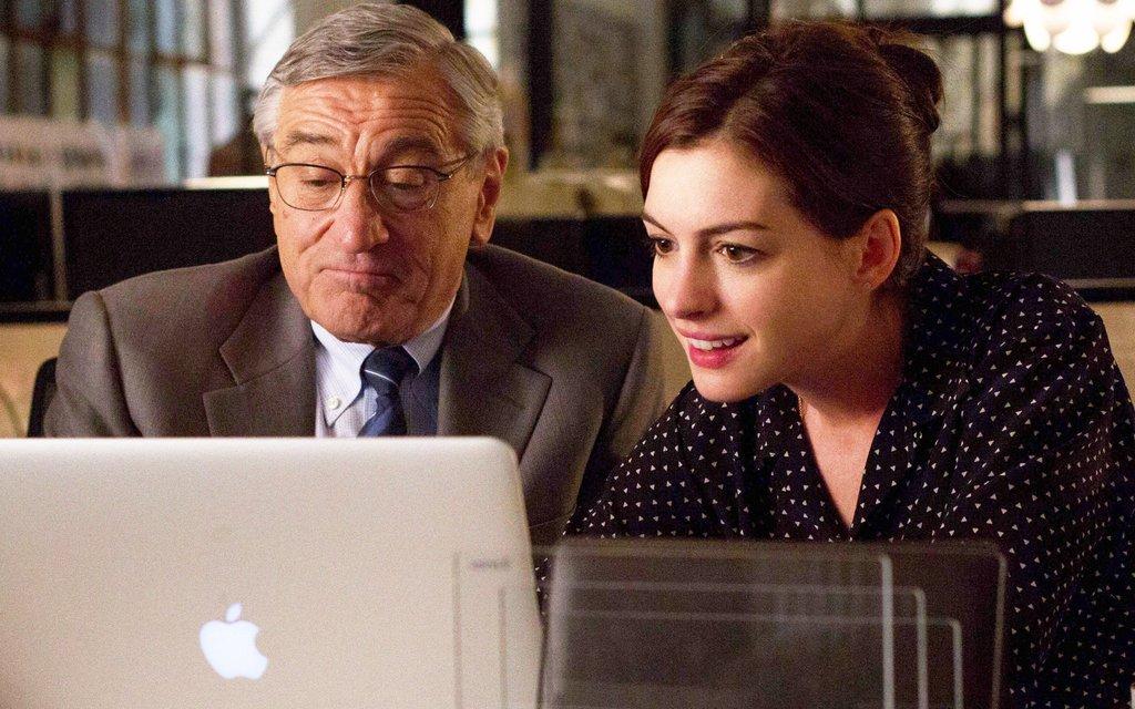 Robert DeNiro als Senior-Mitarbeiter einer jungen Firma mit Anne Hathaway als CHefin